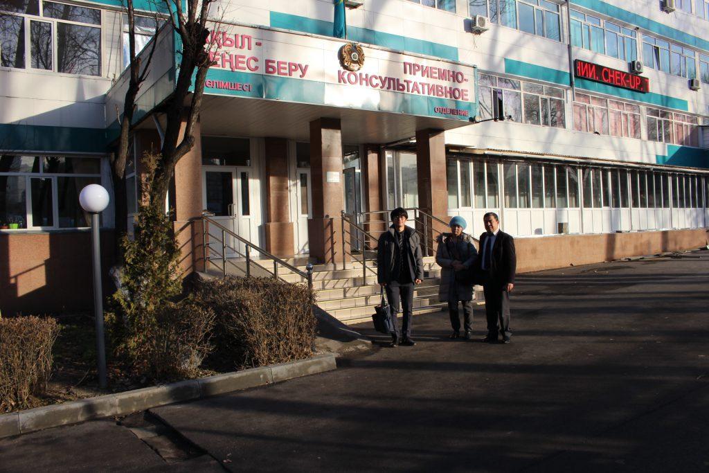 カザフ国立がん・放射線研究病院にて。右からアリポフ教授とiGS4000研究開発チーム