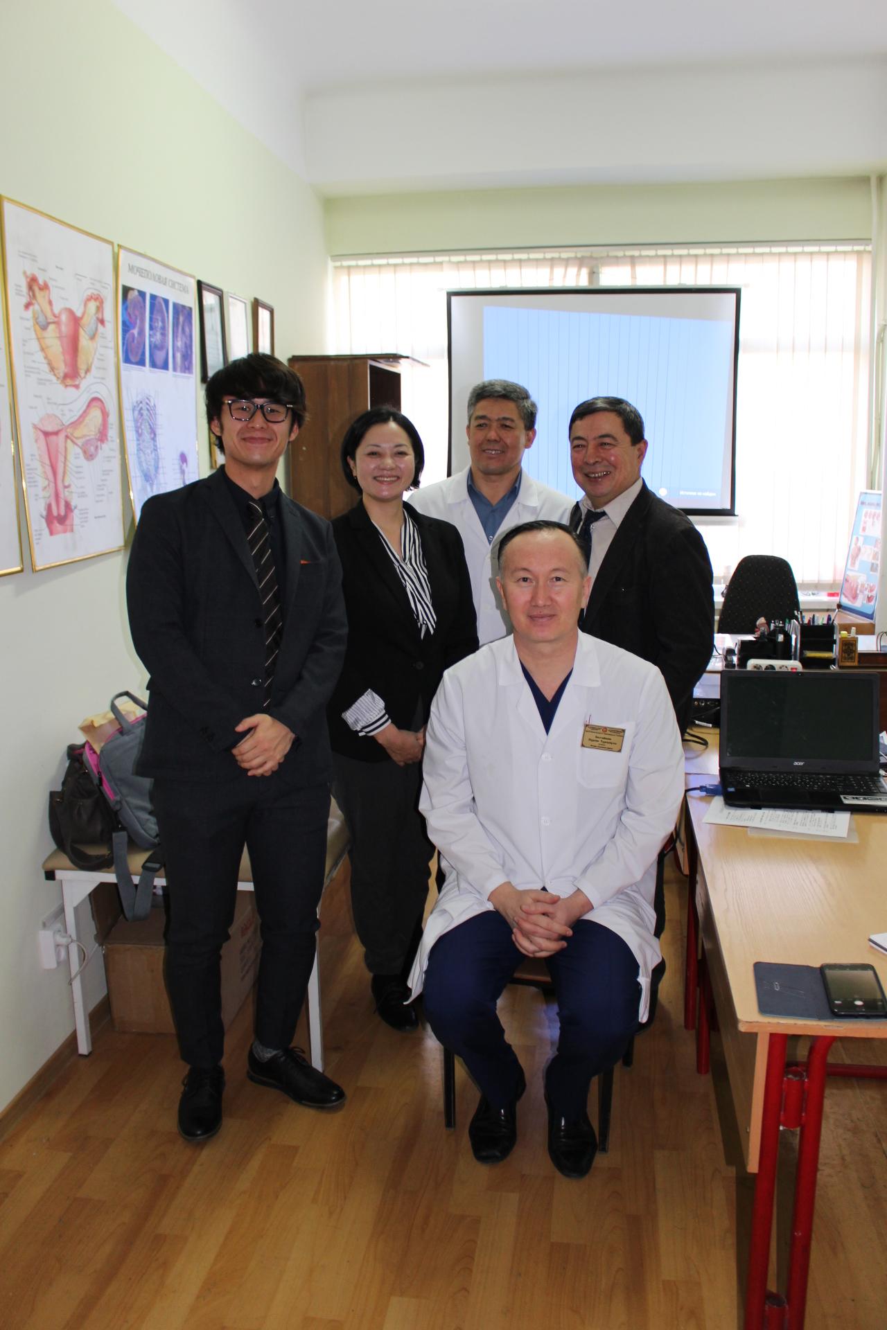 ヨーロッパのオンコロジー学会会員でもあるノルワン医師を交えて(右下)